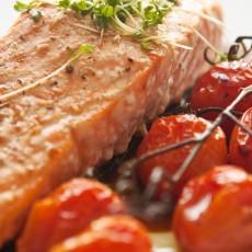 Salmão Grelhado com Legumes e Tomates Assados